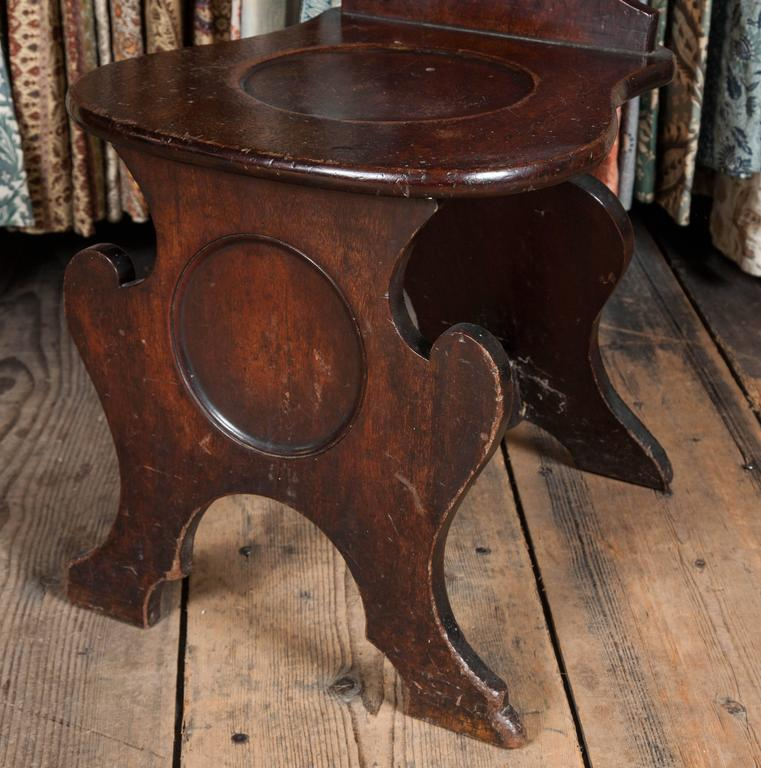 Pair of George II Mahogany Hall Chairs In Excellent Condition For Sale In London, GB