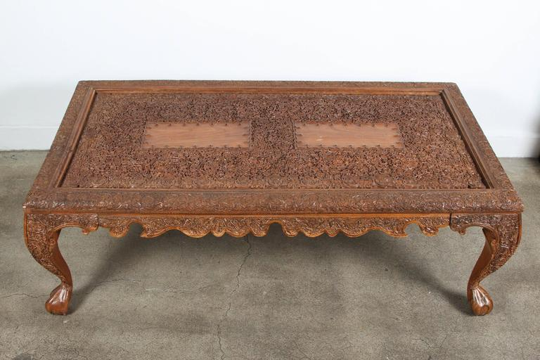 Incroyable 20th Century Anglo Indian Hand Carved Coffee Table For Sale