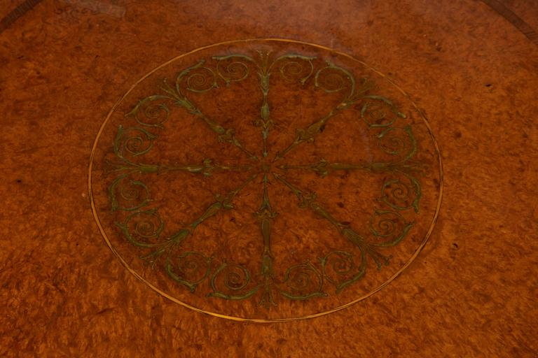 Burled Walnut Tea Table with Dish Top In Excellent Condition For Sale In New York, NY