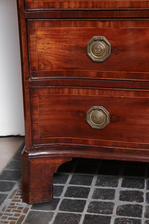 English George III Mahogany Serpentine Chest of Drawers In Excellent Condition For Sale In New York, NY