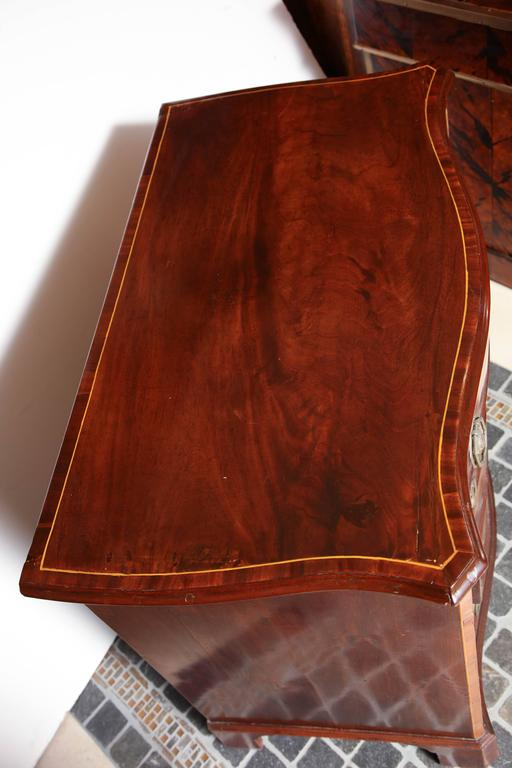 English George III Mahogany Serpentine Chest of Drawers For Sale 4