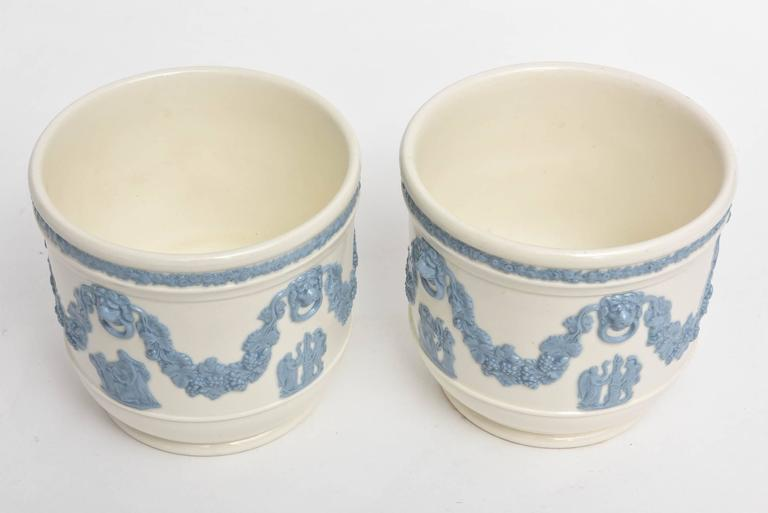 Pair of Wedgwood Blue White Cache Pots, Lion's Head Handles Classical Scenes In Good Condition In West Palm Beach, FL