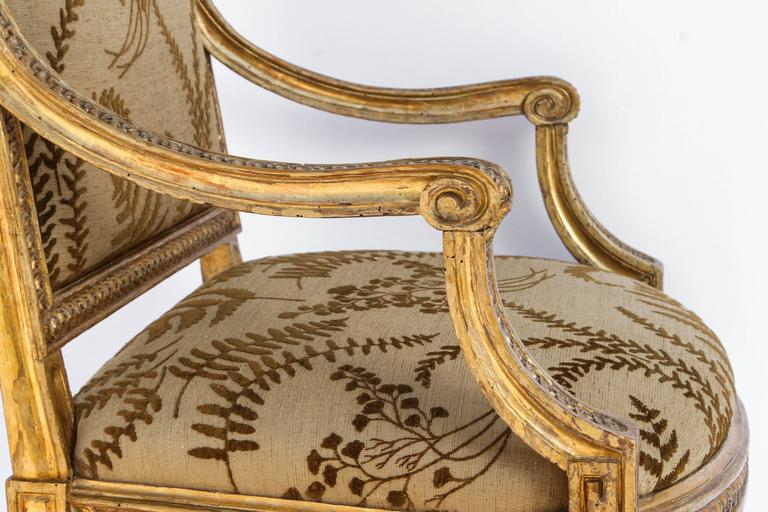 Linen Pair of 18th Century Italian Carved Giltwood Armchairs For Sale