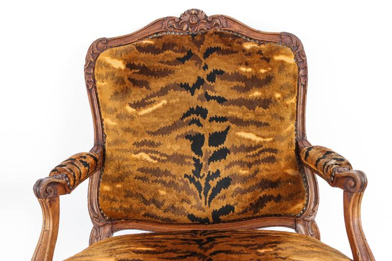 Similar Pair of 18th Century French Regence Walnut Armchairs In Excellent Condition For Sale In Los Angeles, CA