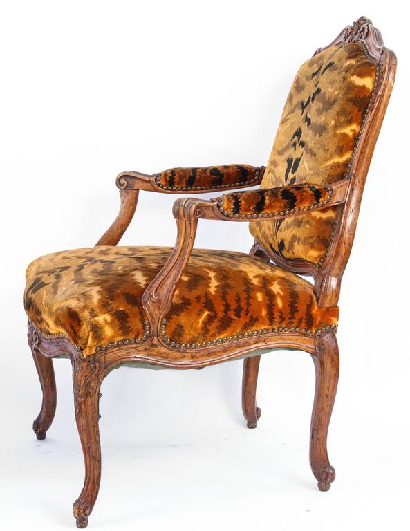 18th Century and Earlier Similar Pair of 18th Century French Regence Walnut Armchairs For Sale