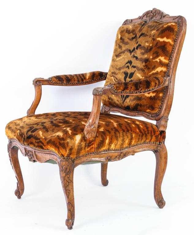 Similar Pair of 18th Century French Regence Walnut Armchairs For Sale 4