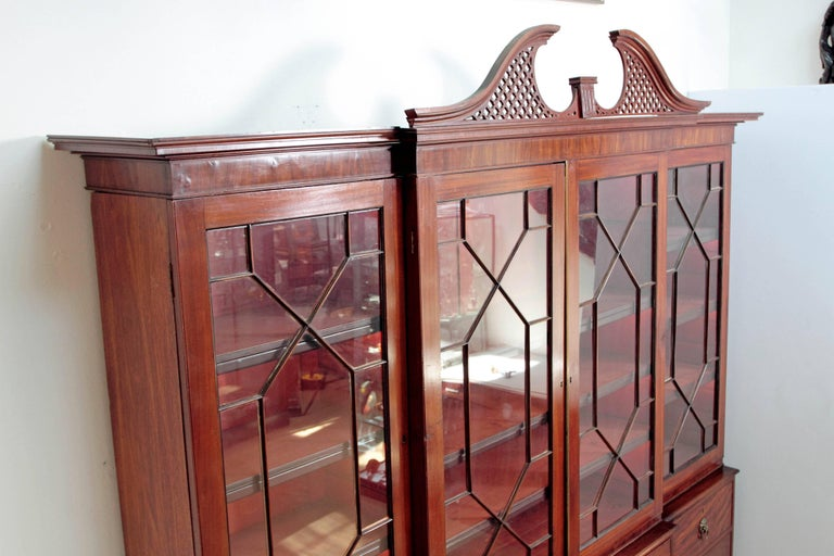 Elegant Period George III Mahogany Breakfront Bookcase / China Cabinet In Good Condition For Sale In Dallas, TX
