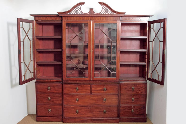 Elegant Period George III Mahogany Breakfront Bookcase / China Cabinet For Sale 2