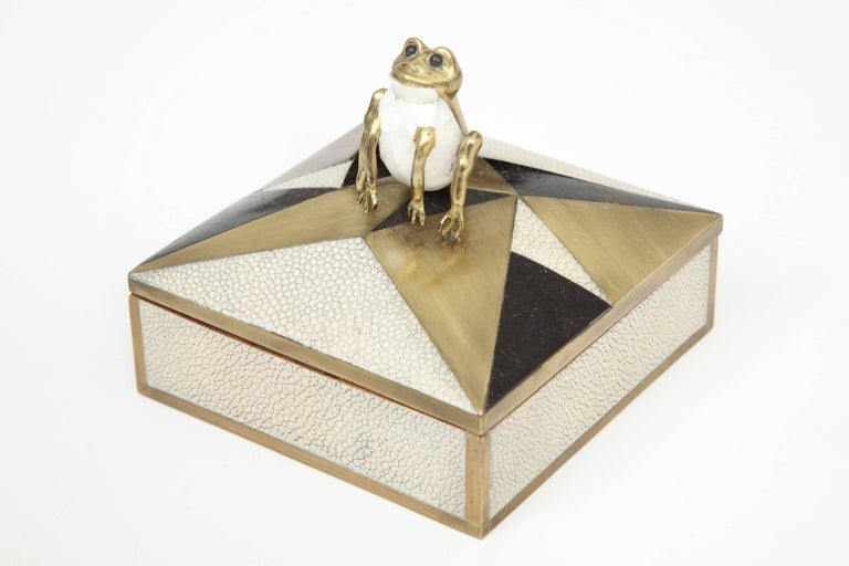 Decorative box with a beautiful frog made of mother-of-pearl. The box is made of shagreen, palm wood and bronze details.