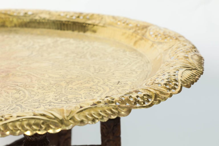 Anglo-Indian Engraved Round Polished Brass Tray Coffee Table on Wooden Stand In Good Condition For Sale In Los Angeles, CA