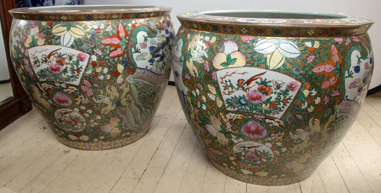 Pair of Chinese Porcelain Fish Bowls In Excellent Condition For Sale In Woodbury, CT