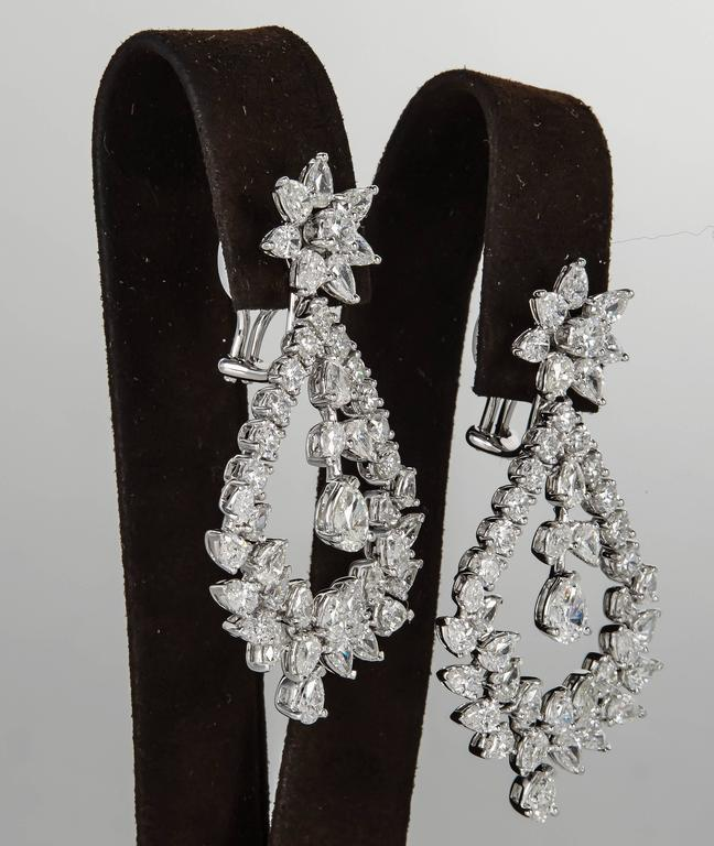Extraordinary Diamond gold Chandelier Drop Earrings In Excellent Condition For Sale In New York, NY