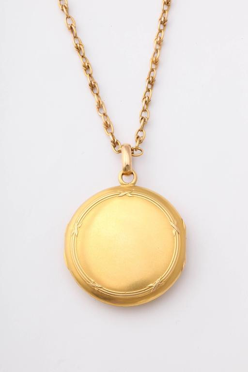 Antique 19th Century French Gold Locket and Chain In Excellent Condition For Sale In New York, NY