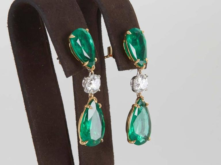 Elegant Green Emerald Diamond Gold Drop Earrings In New Condition For Sale In New York, NY