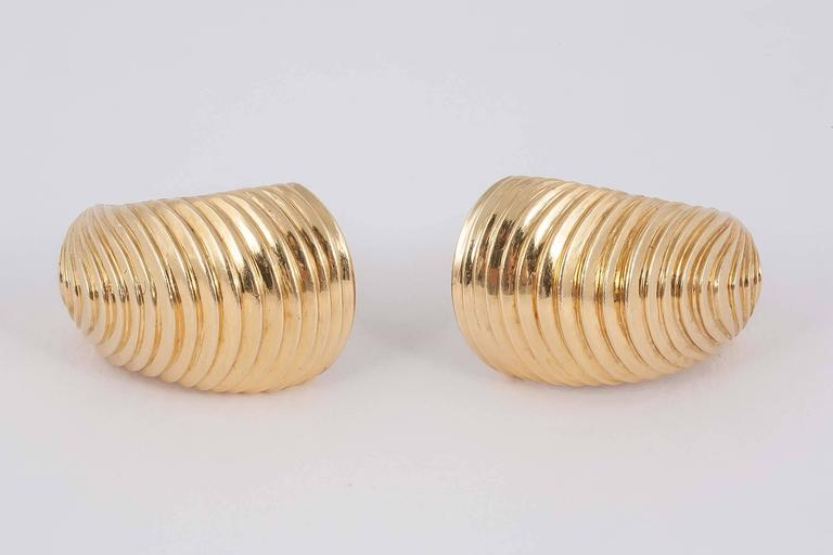 18ct Gold earclips in shell shape form with original fittings in original case