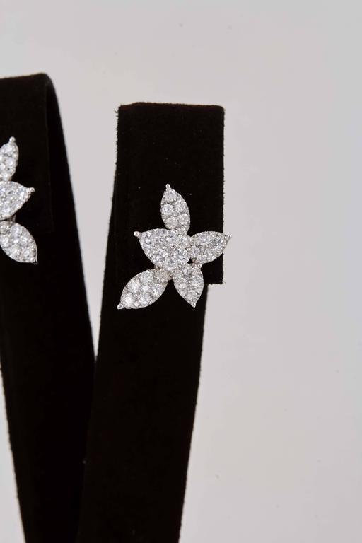 Classic Diamond Gold Cluster Earrings In New Condition For Sale In New York, NY
