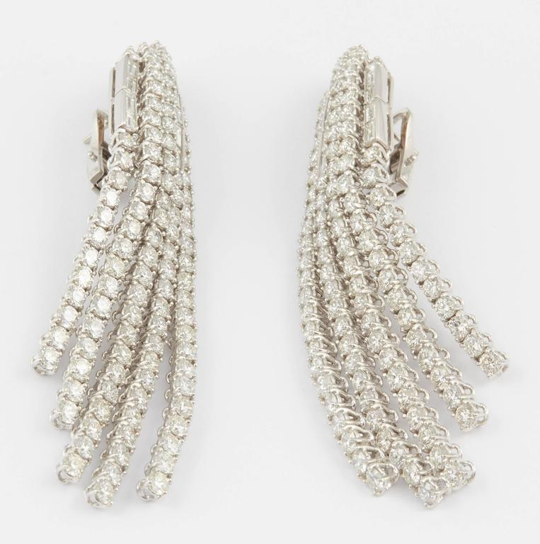 Contemporary Diamond Dangle Chandelier Earrings In New Condition For Sale In New York, NY