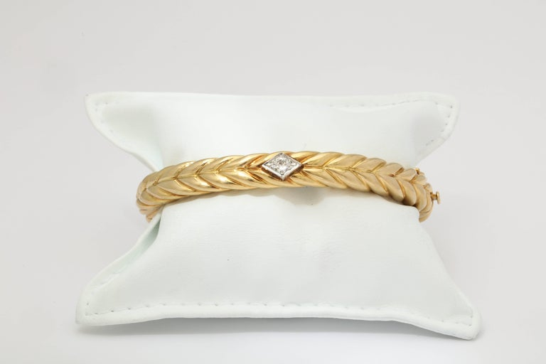 Round Cut 1970s Cartier Textured Ridged Gold Diamond Hinged Bangle Bracelet For Sale