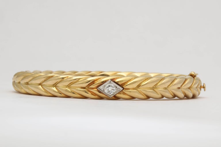 1970s Cartier Textured Ridged Gold Diamond Hinged Bangle Bracelet In Excellent Condition For Sale In New York, NY