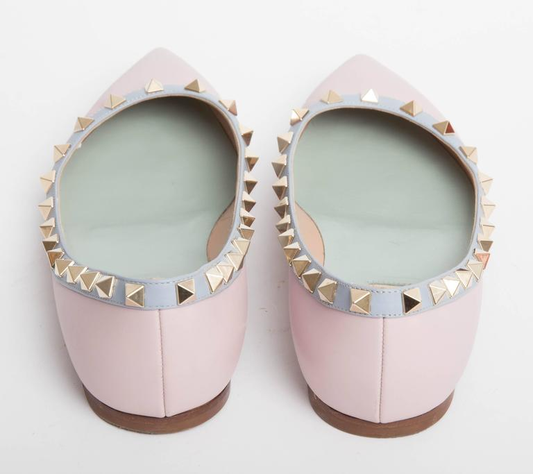 Gray Valentino Rockstud Leather Ballet Flats in Blush EU 371/2. For Sale