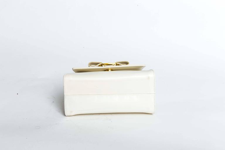 Ferragamo Vintage Vara Bow Two Way Bag in White Leather In Good Condition For Sale In Westhampton Beach, NY