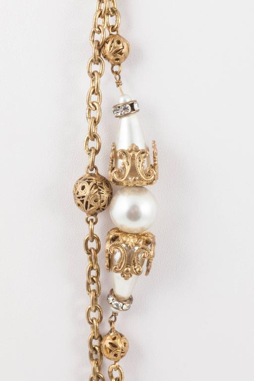 Chanel very long and elegant gilt and pearl sautoir, by Maison Goossens, 1950s 2