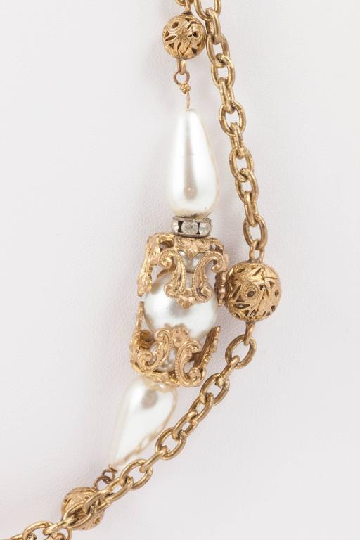 Chanel very long and elegant gilt and pearl sautoir, by Maison Goossens, 1950s In Excellent Condition For Sale In London, GB
