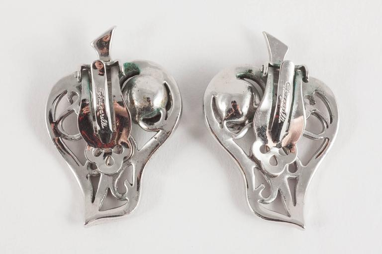 Schiaparelli Rhodium plated and art glass brooch and earring set, 1950s In Excellent Condition For Sale In London, GB