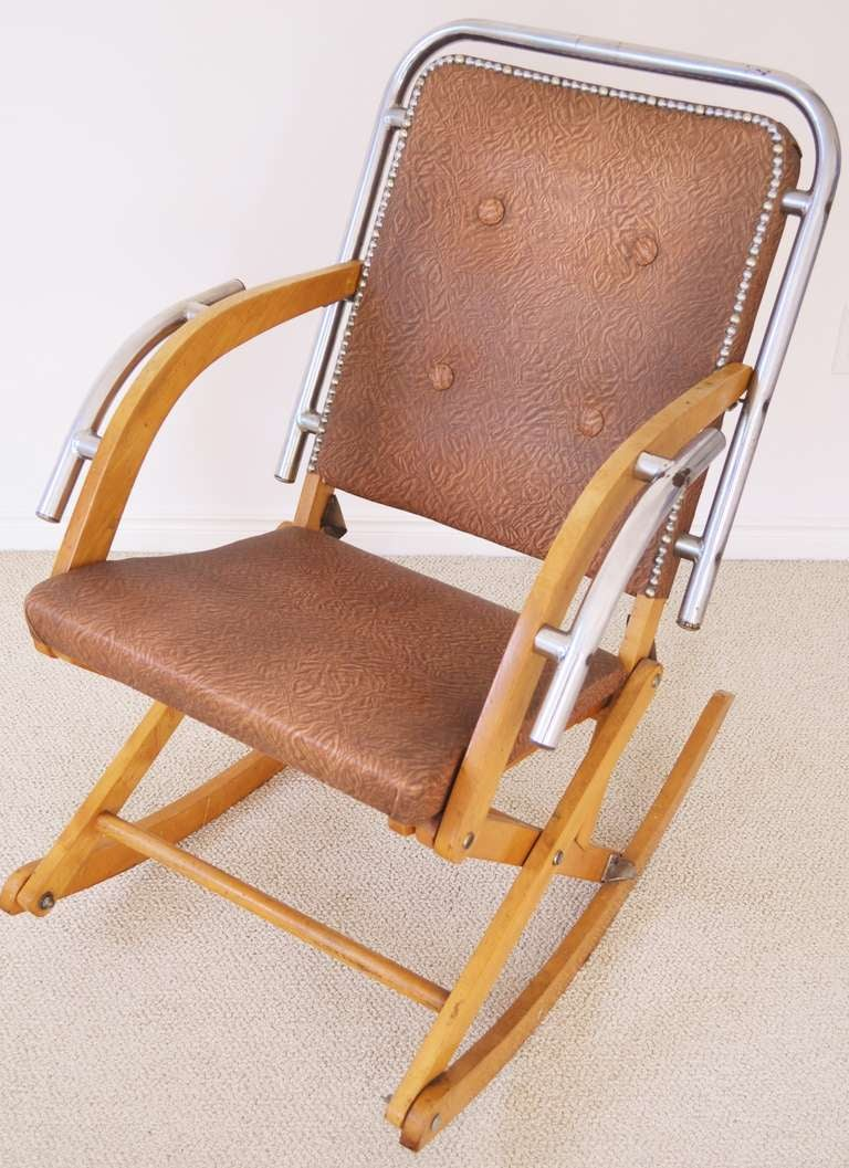 This fabulous and ingenious albeit bizarrely designed Mid-Century Modern folding rocking chair was made by renowned French Canadian hockey stick and ski manufacturer, Mailhot & Freres of Quebec. It is in good vintage condition with its original