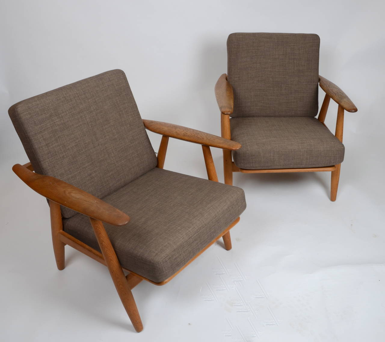 "Hans J Wegner pair of GE 240 ""Cigar"" Lounge Chairs for Getama at 1stdibs"