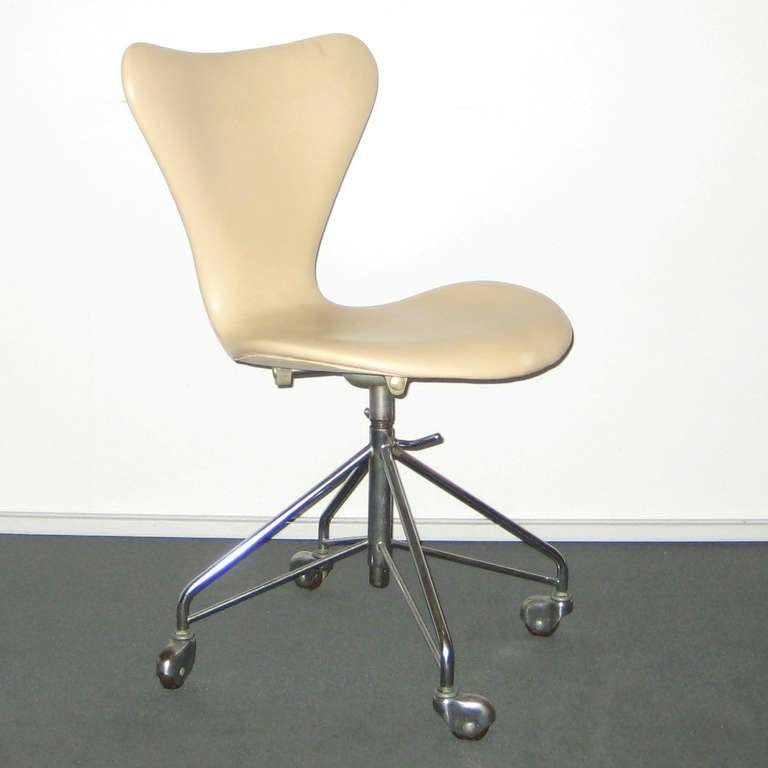 this series 7 arne jacobsen swivel chair in light leather is no longer. Black Bedroom Furniture Sets. Home Design Ideas