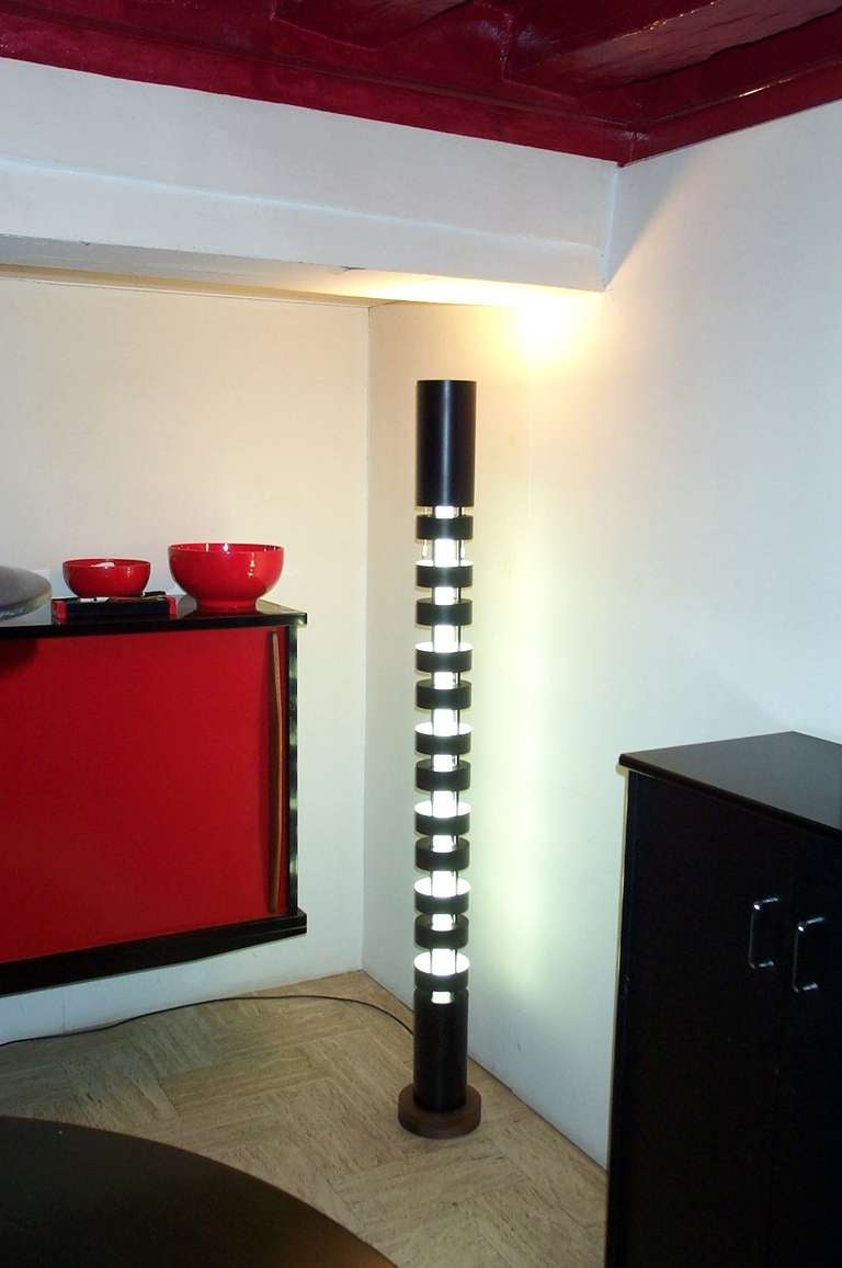 The TOTEM by Serge Mouille exist in two sizes. The big TOTEM 170 cm and the small TOTEM 117 cm. The fluorescent tube become apparent once switch on. Originally three colors. White, red and blue. Of course Serge Mouille was fully aware that the red