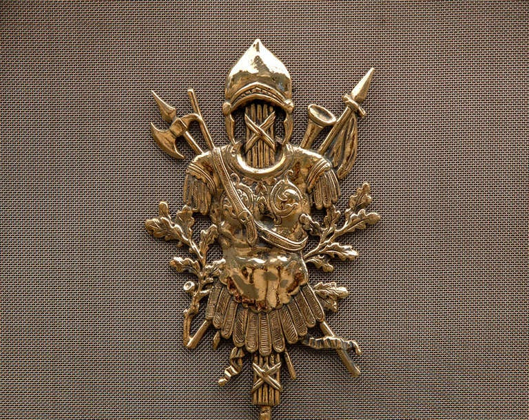 A good quality English brass fire screen / guard with cast scroll and leafwork, heraldic mask to base, helmets and mythical female figure to top. Military figure detail to mesh, late 19th-early 20th century.  Measures: Height 35 in / 889 mm Width