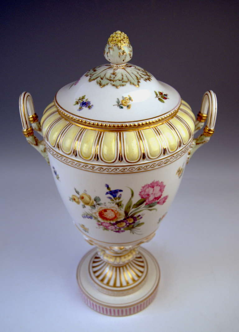 KPM BERLIN HUGE LIDDED URN PRESENTATION VASE TYPE WEIMAR PAINTED c.1900 In Excellent Condition For Sale In Vienna, AT