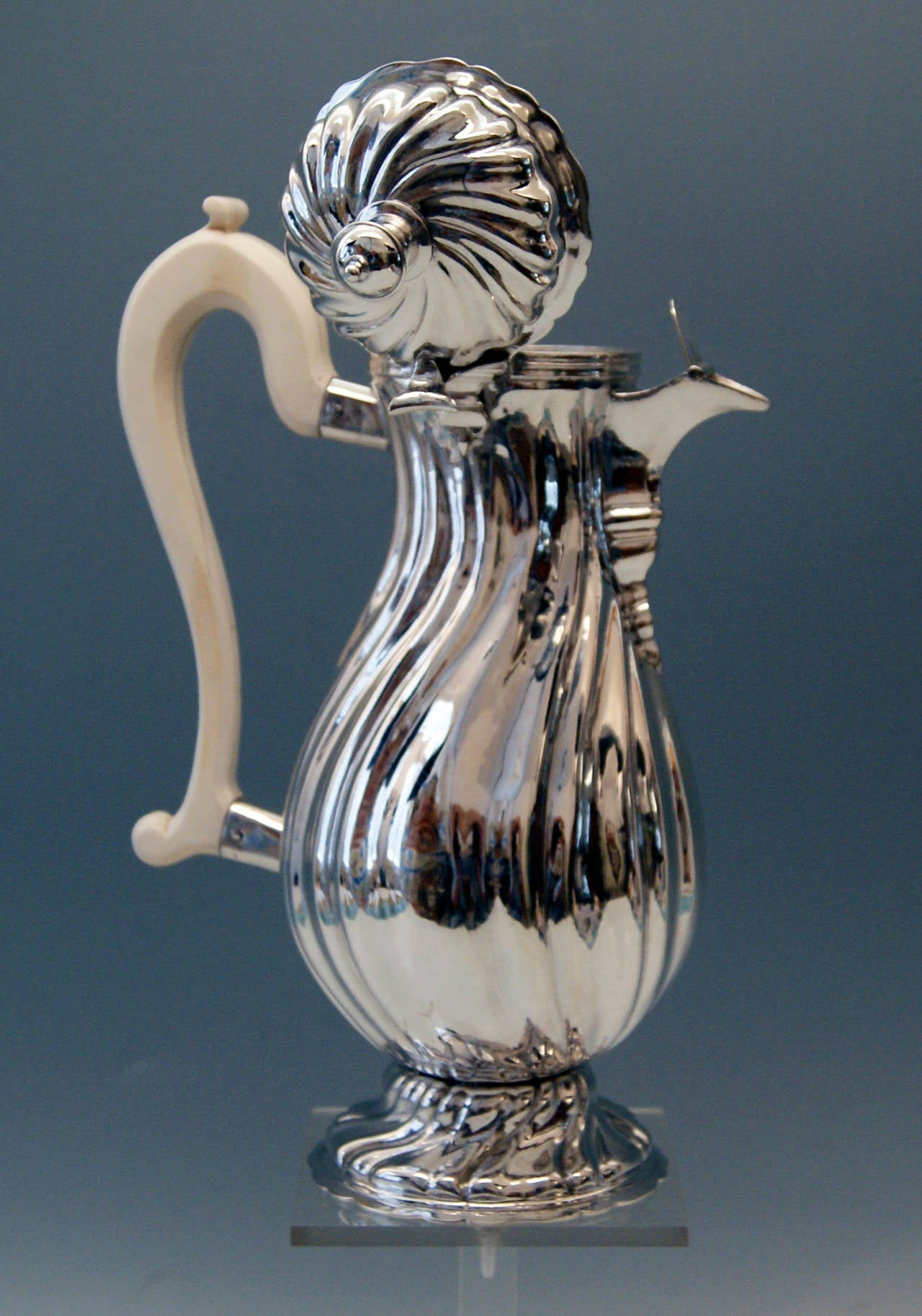 Silver Baroque Milk/Coffee Pot Augsburg Germany J.G. Kloss, circa 1761-1763 In Excellent Condition For Sale In Vienna, AT