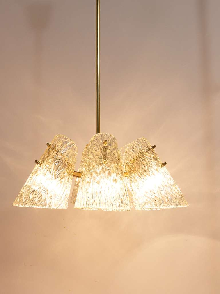Beautiful Kalmar Brass Chandelier with Textured Glass Cone Lampshades, Austria  For Sale 4