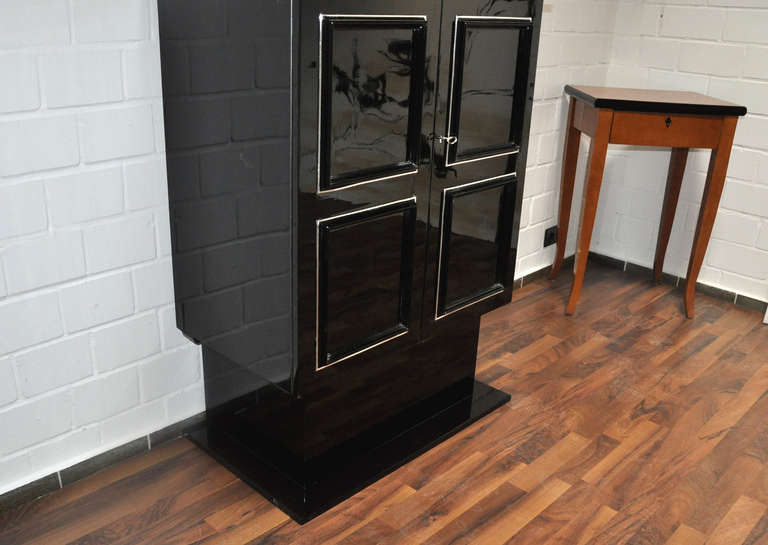 Petite Art Deco Cabinet/Bar with High Gloss Black Finish In Excellent Condition For Sale In Senden, NRW