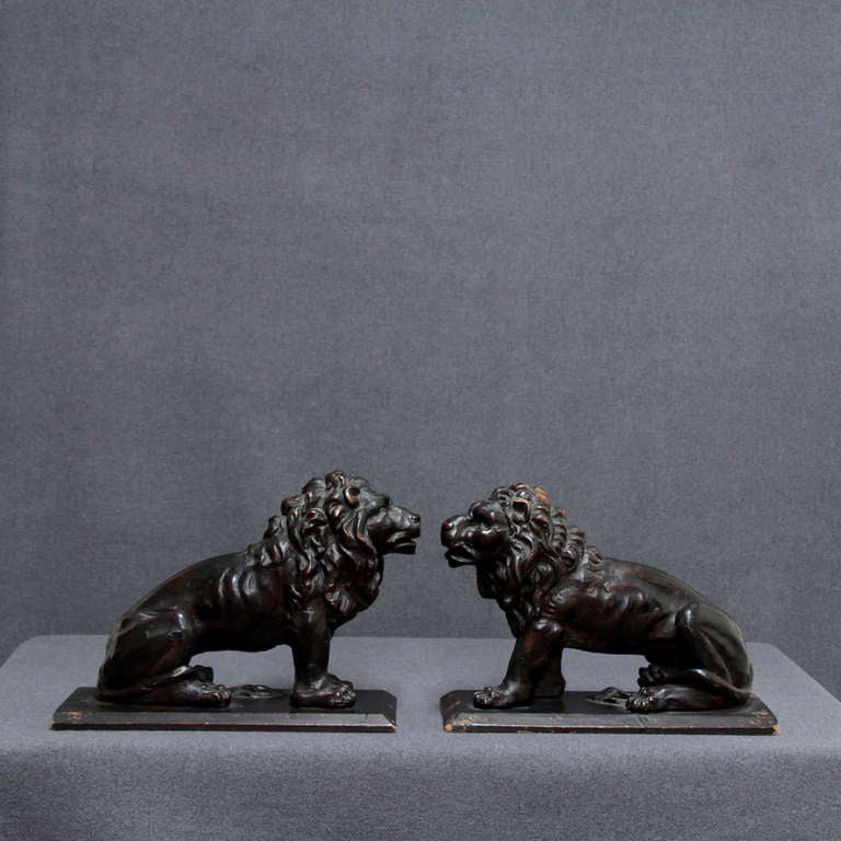 17th C. pair of Italian wooden Lions In Good Condition For Sale In Esbeek, NL