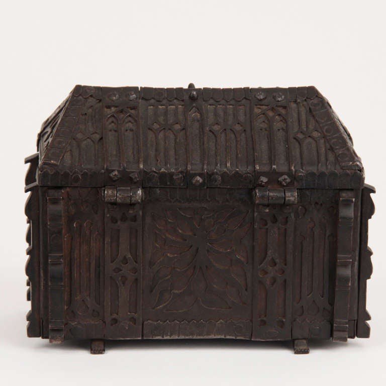 French Gothic Revival Wrought Iron Casket circa 1850 In Excellent Condition For Sale In Esbeek, NL