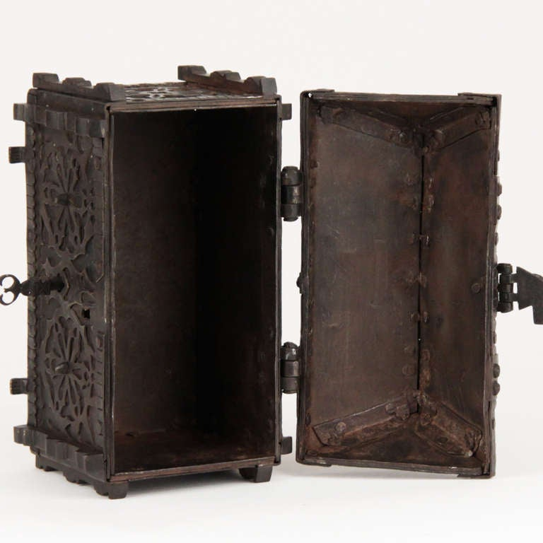 French Gothic Revival Wrought Iron Casket circa 1850 For Sale 4