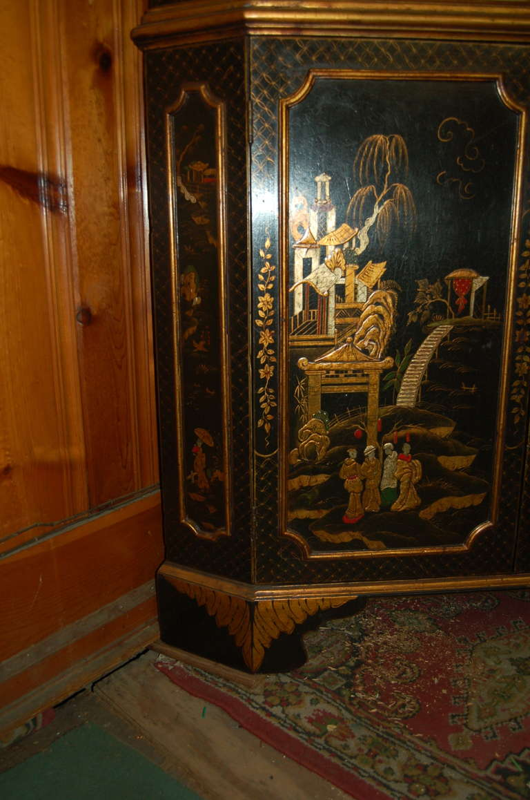 British 18th Century English Lacquered Gilt Chinoisoire Corner Cabinet For Sale