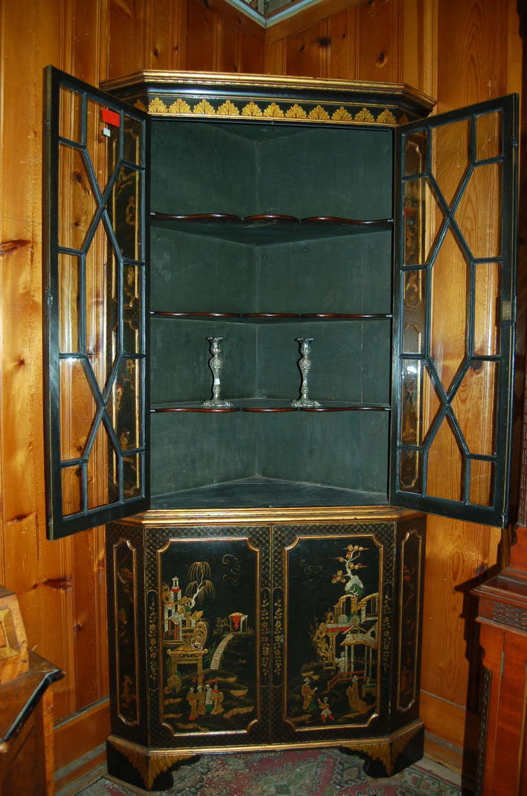 18th Century English Lacquered Gilt Chinoisoire Corner Cabinet For Sale 2