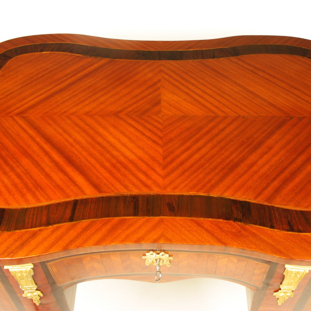 18th Century Louis XV Kingwood, Amaranth and Parquetry Bonheur du Jour or Desk In Good Condition For Sale In Berlin, DE