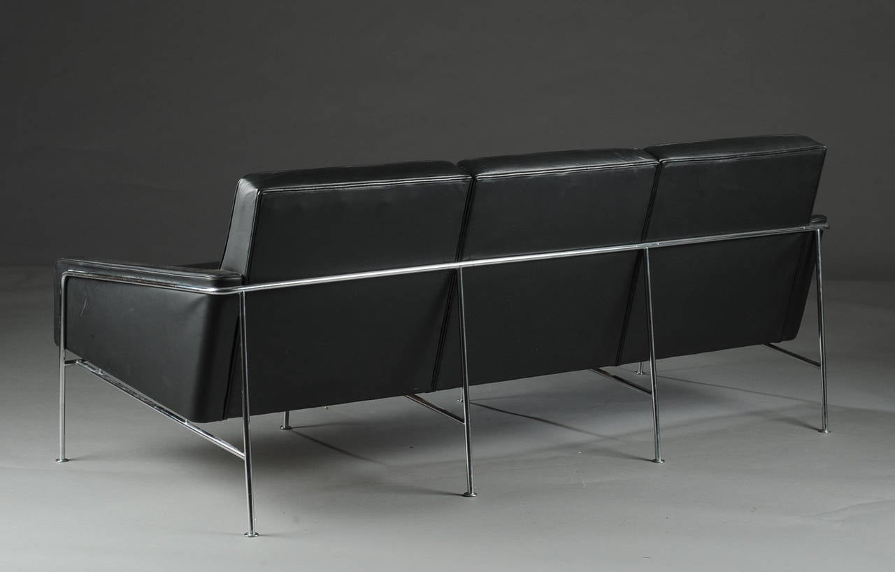 arne jacobsen 3303 lufthavn sofa fritz hansen at 1stdibs. Black Bedroom Furniture Sets. Home Design Ideas