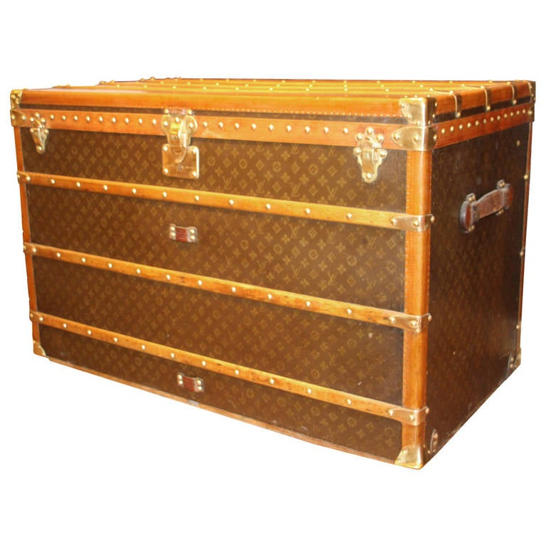 1930s extra large louis vuitton courrier trunk malle louis vuitton at 1stdibs. Black Bedroom Furniture Sets. Home Design Ideas
