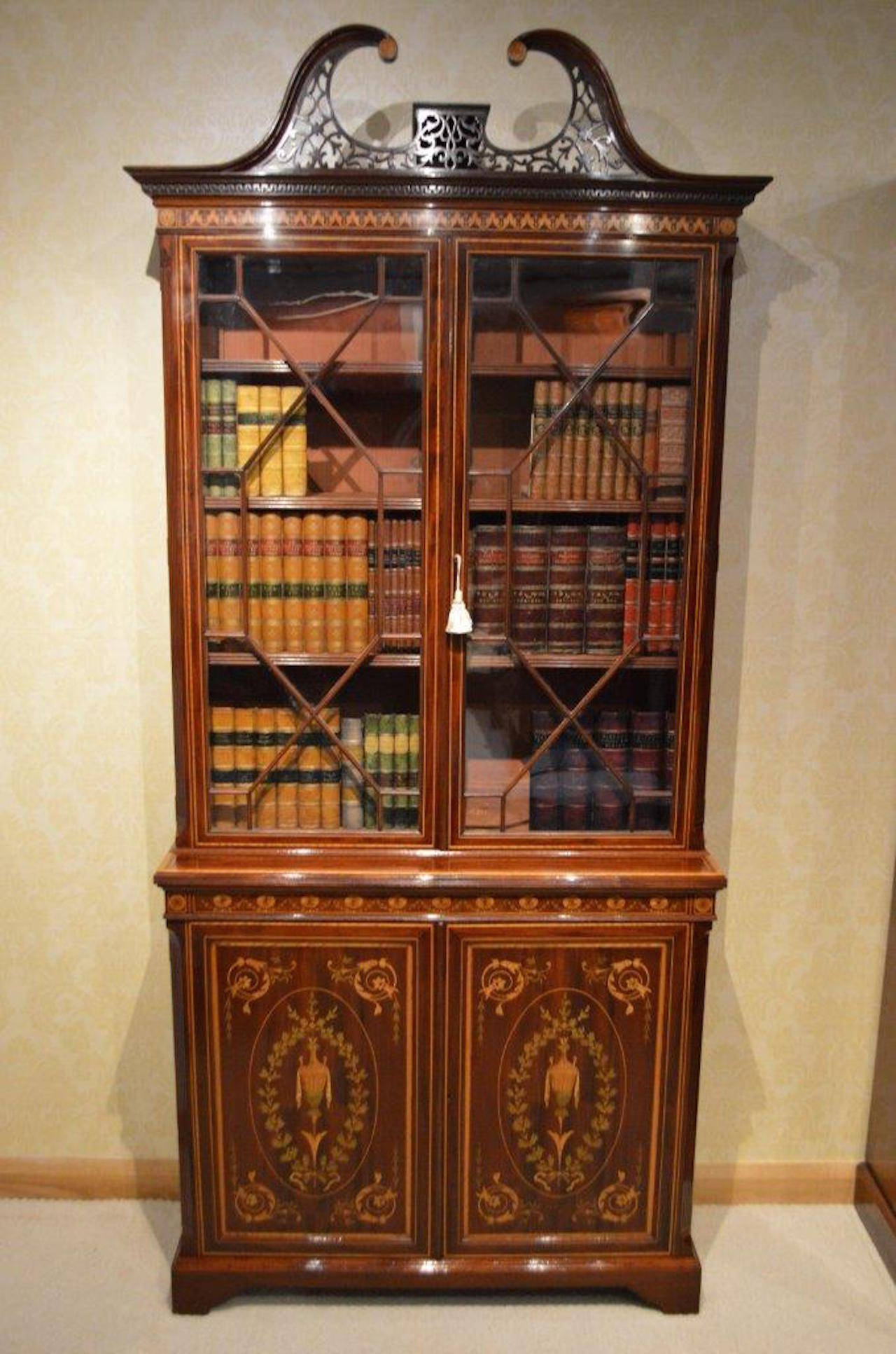 Stunning Exhibition Quality Bookcase by Edwards & Roberts of London For Sale 2