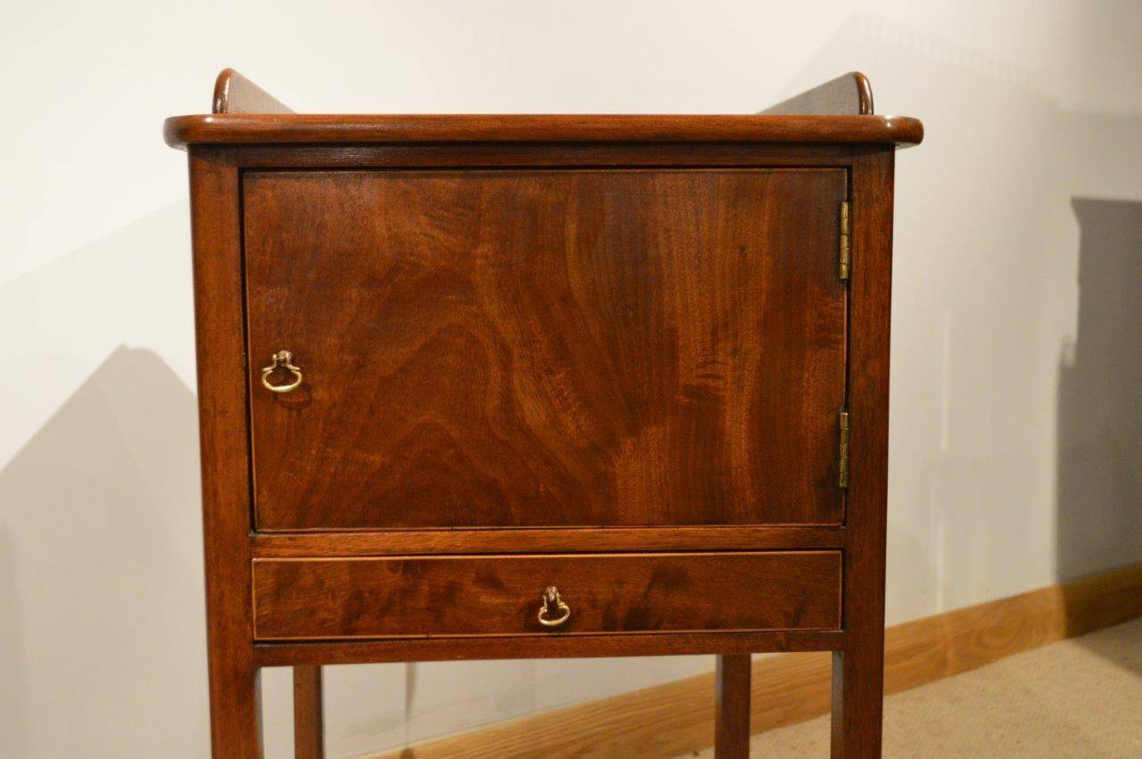 Early 20th Century Pair of Mahogany George III Style Antique Bedside  Cabinets For Sale - Pair Of Mahogany George III Style Antique Bedside Cabinets At 1stdibs