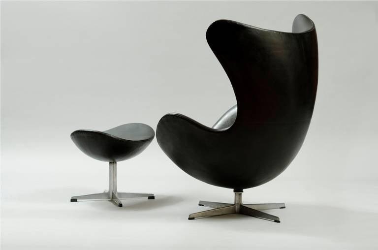 arne jacobsen egg chair with ottoman for fritz hansen. Black Bedroom Furniture Sets. Home Design Ideas