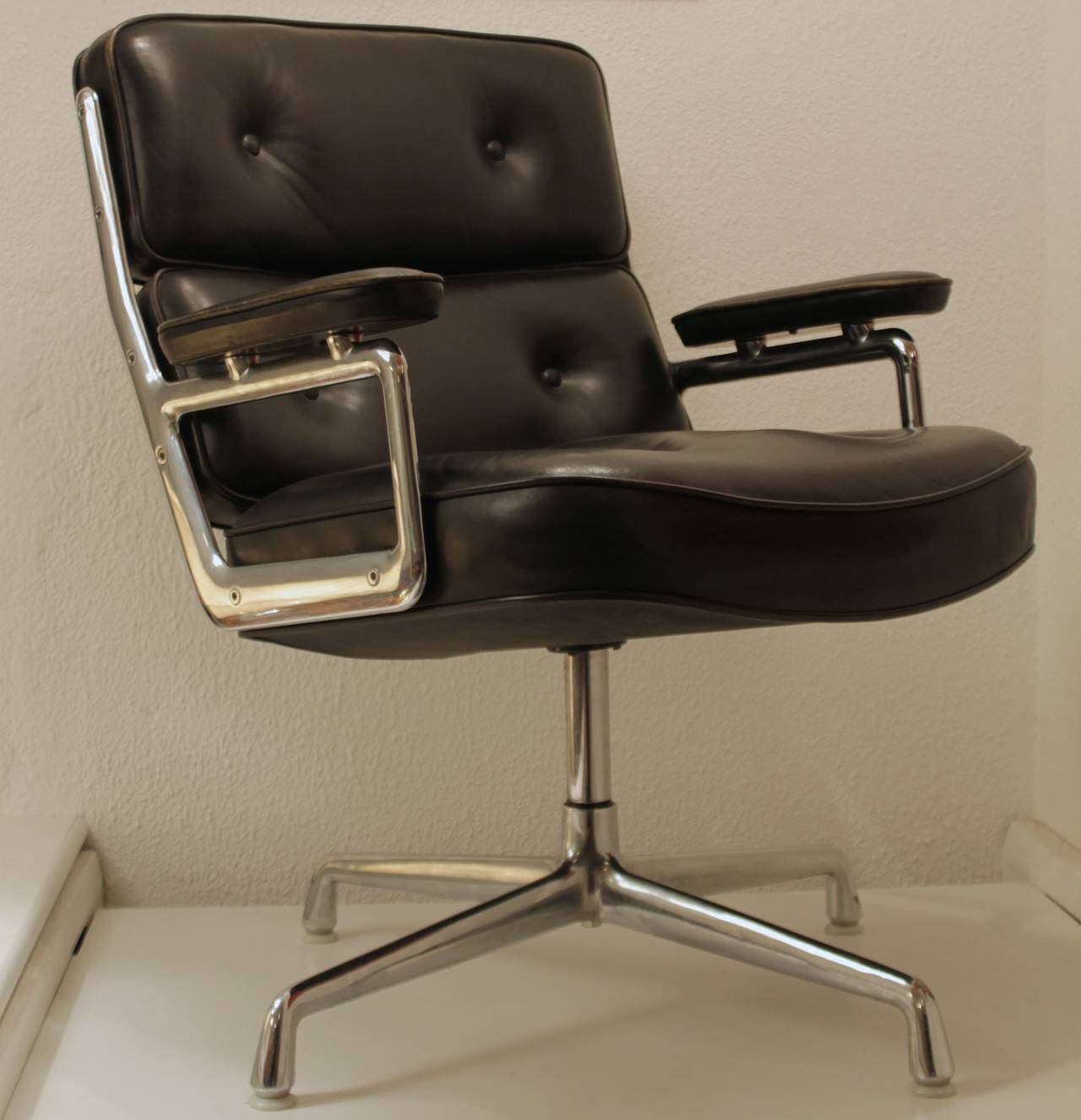 Eames black leather lobby chair by vitra and miller for for Eames lounge sessel nachbau