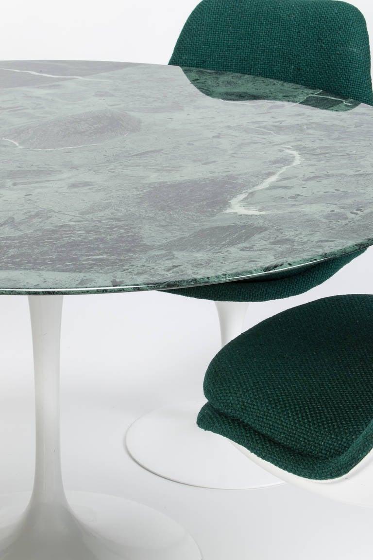 Set of four chairs and green marble table by eero saarinen for Saarinen beistelltisch marmor